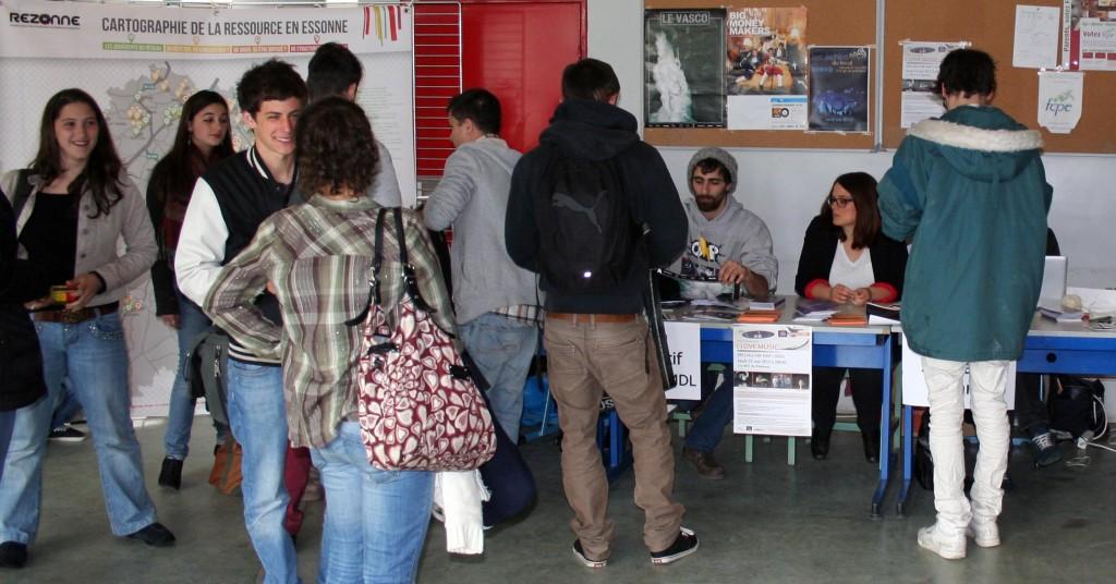 Stand d'information tenu au lycée Camille Claudel de Palaiseau - Mai 2013
